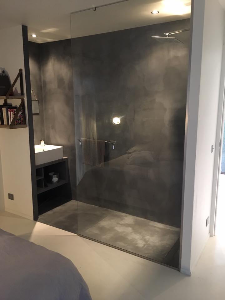 salle de bain en béton spatulé